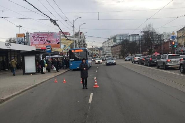 Женщина выходила из трамвая и попала под машину.