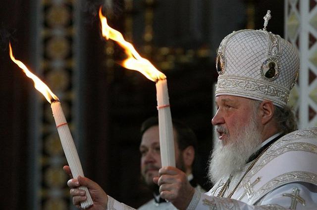 Патриарх Московский и всея Руси Кирилл с благодатным огнем на Пасхальном богослужении в Храме Христа Спасителя