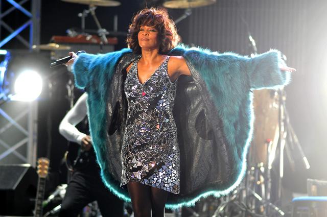 Уитни Хьюстон во время выступления на сцене СК «Олимпийский». 2009 г.