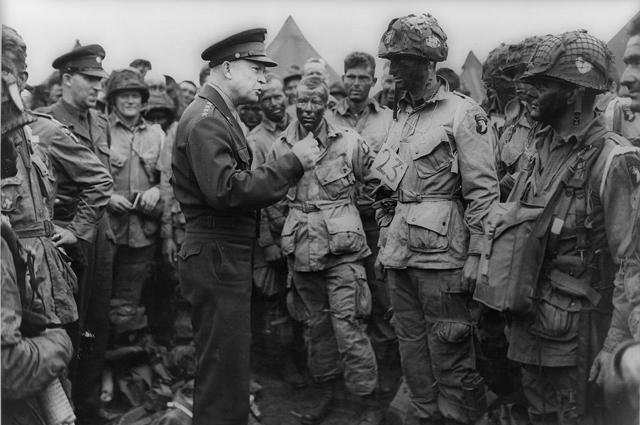 Эйзенхауэр напутствует солдат роты «E» 502-го полка 101-й воздушно-десантной дивизии. Вечер 5 июня 1944.