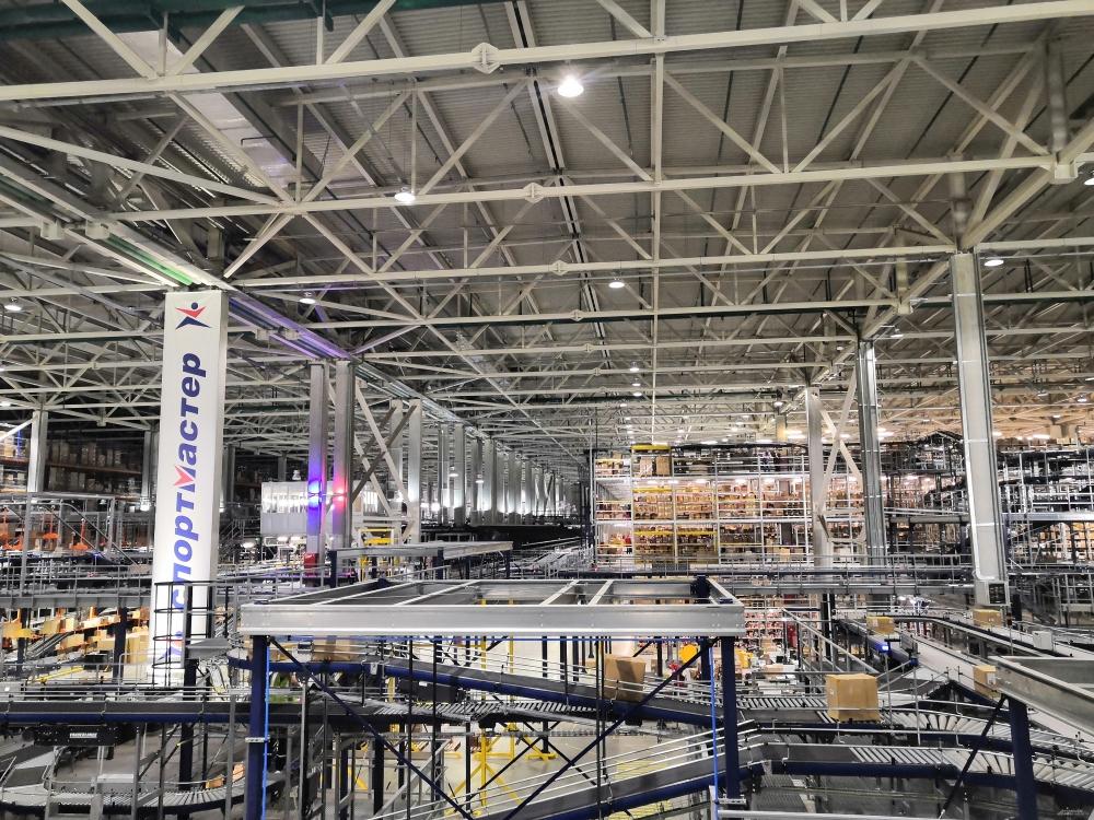 Скорость сортировки товара на новом распределительном центре составляет 24 000 единиц товара в час, а точность сортировки - 99,99%.