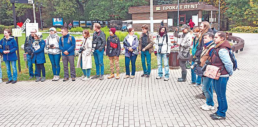 Сбор участников соревнования проходил возле главной сцены парка «Фили», где они разделились на команды и получили задания.