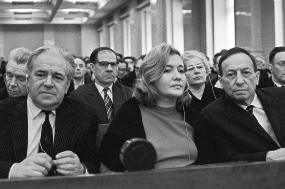 Алексей Каплер (слева), Юлия Друнина, Вениамин Каверин на заседании II съезда писателей РСФСР, 1965 год