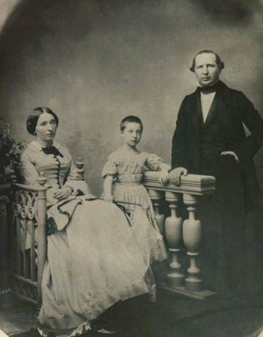 Григорий Аксаков с женой Софьей и дочкой Ольгой.