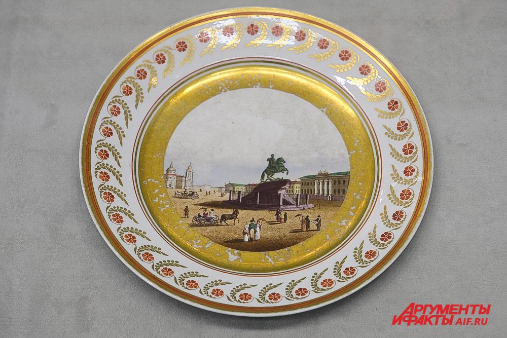 Тарелка с изображением Сенатской площади в Петербурге