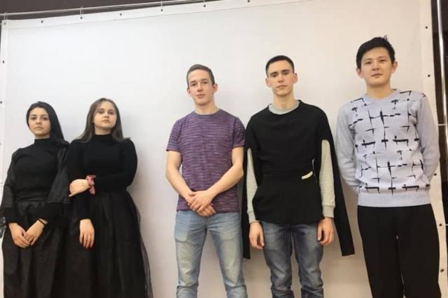 Актеры театра - студенты вузов и ссузов.