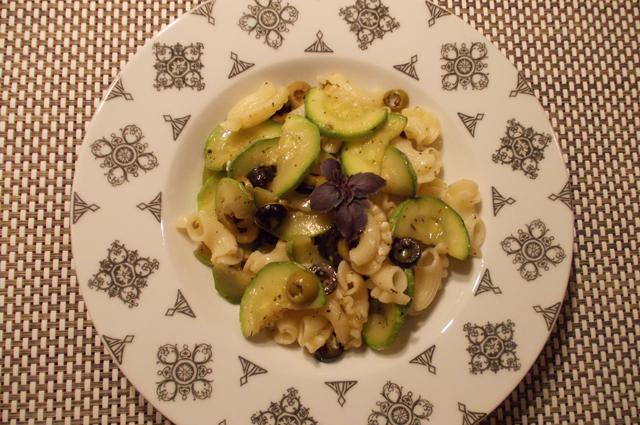 Паста с цукини, оливками и маслинами