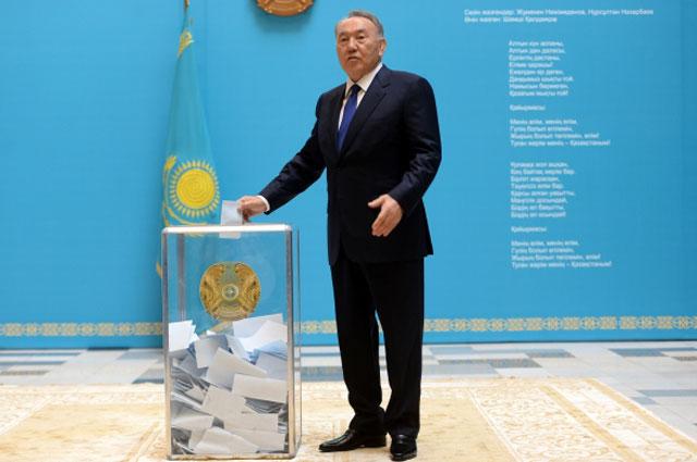 Президент Казахстана Нурсултан Назарбаев голосует на внеочередных президентских выборах