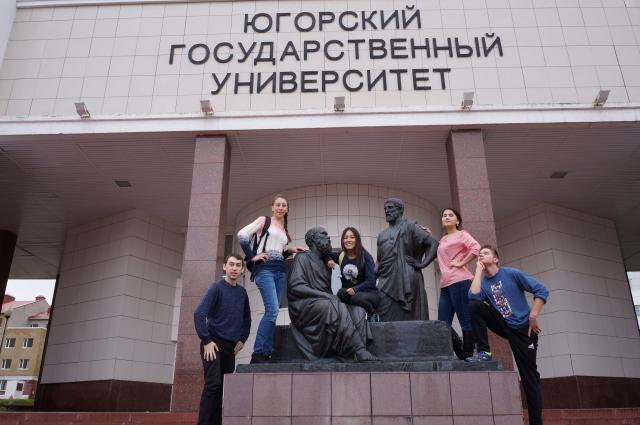 Логан Феррел (крайний справа) со студентами возле главного корпуса ЮГУ.