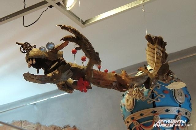 Дирижабль в виде деревянного дракона в перьях отображает в себе карельский эпос.