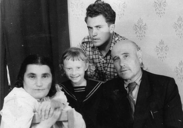 Слева направо: Евгения Гинзбург, Антонина, Василий Аксёнов, Антон Вальтер