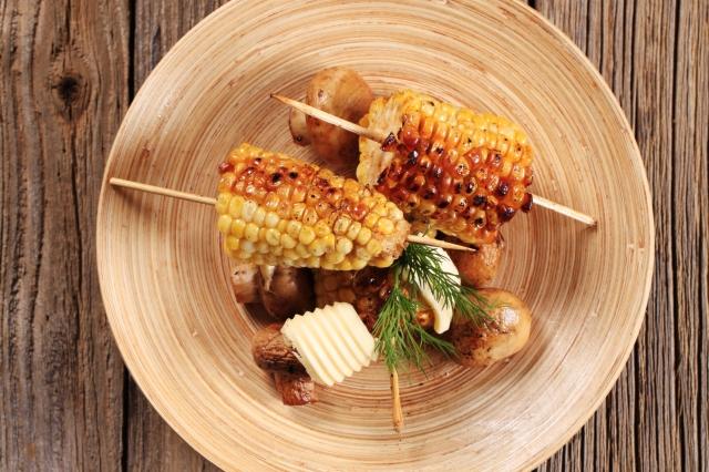 Пикантную кукурузу можно насадить и на шпажку.