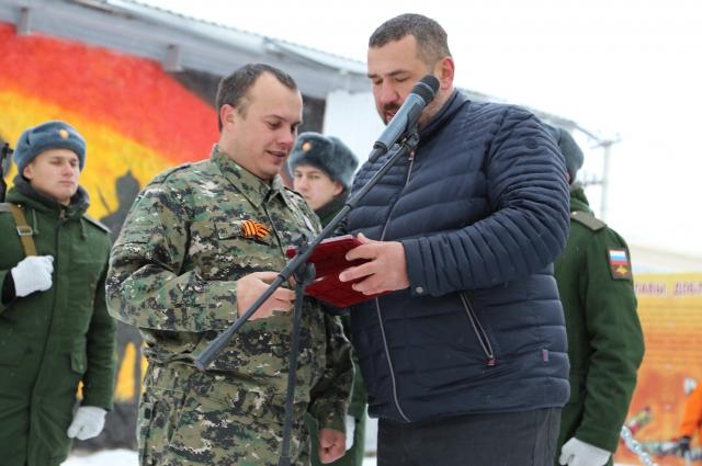 Руслан Миронов (слева) - активный участник благоустройства парка Славы, доблести и чести.