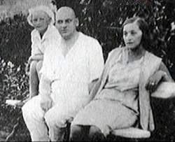 Серафима Суок и Владимир Нарбут (крайние справа, до 1938 года).