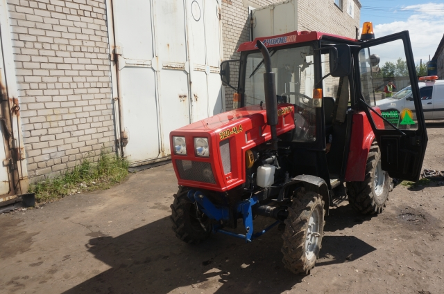 Трактор обладает высокой маневренностью и потому незаменим, когда необходимо качественно убрать относительно небольшие площадки.