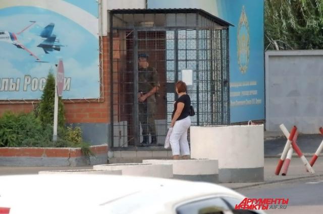 Супруги Бакшеевы жили в общежитии на территории Краснодарского высшего военного авиационного училища лётчиков, где действует пропускной режим.