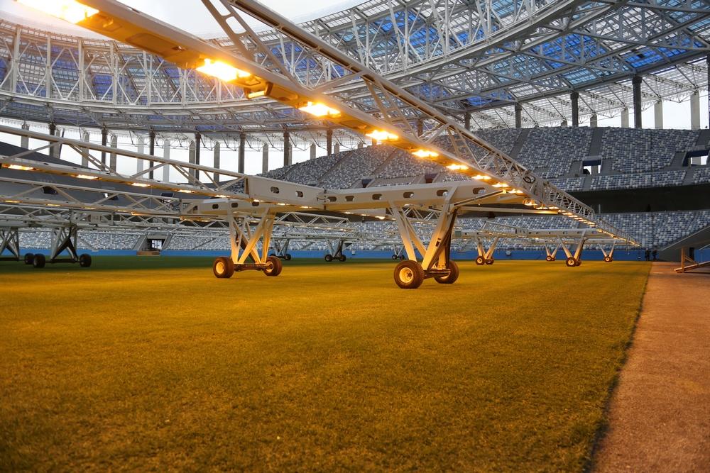 Газон на стадионе растет под искусственным солнцем
