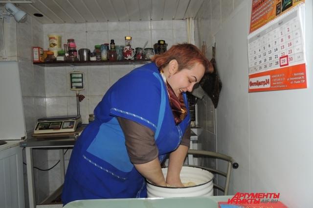 Первым делом Ольга замешивает тесто