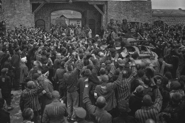 Узники лагеря Маутхаузен приветствуют американские войска.