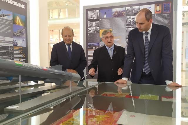 В музее предприятия Денису Паслеру рассказали об этапах развития производства, а также о заслугах коллектива.