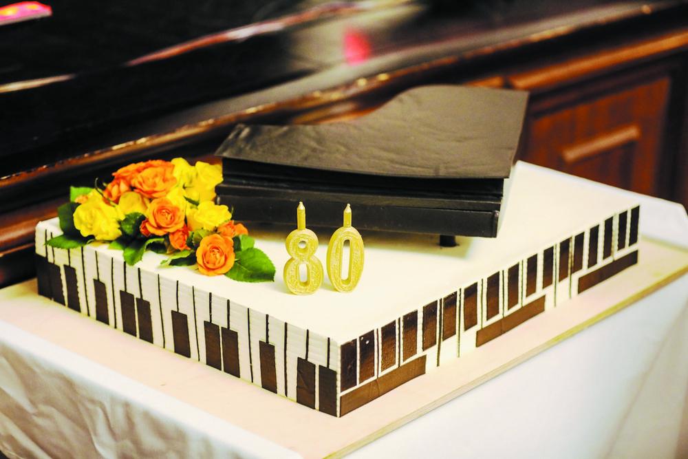Юбилейный торт для всех, кто выфступает на сцене филармонии.