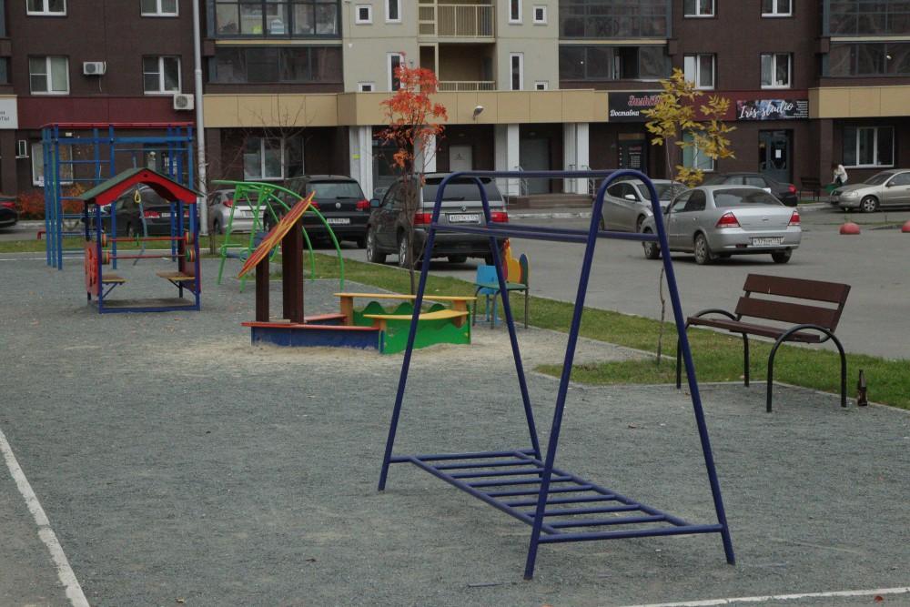 Челябинцы просят, чтобы на новых детских площадках применяли безопасное резиновое покрытие.