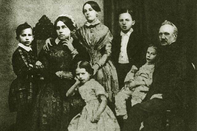 Семья Чайковских в 1848 году. Крайний слева - Петр Ильич.