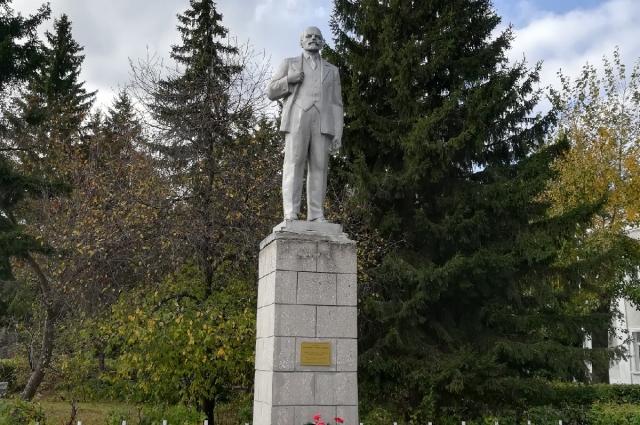 Памятник Ленину в Большеречье Омской области.