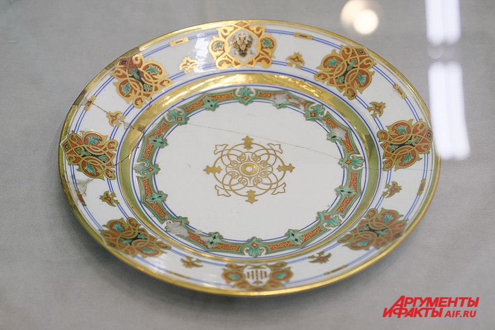 Тарелка 1848 года из сервиза великого князя Константина Николаевича с монограммой «ВККН».
