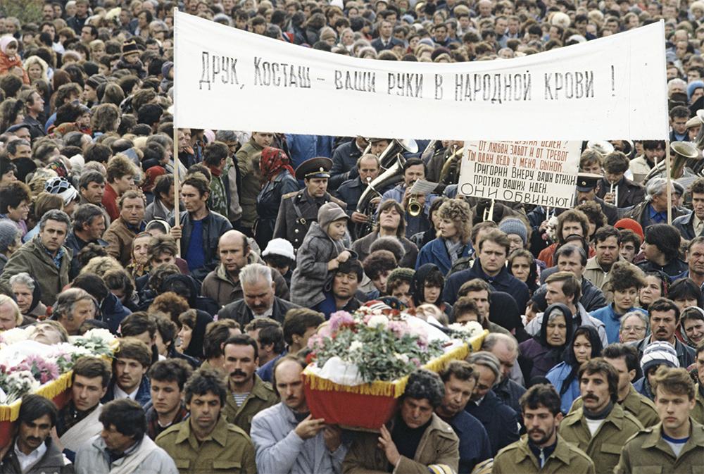 Похороны трех жителей города Дубоссары, погибших в результате столкновения с вооруженными подразделениями милиции. Приднестровье. 1990 год.