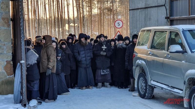 Сторонники Сергия контролируют вход в монастырь