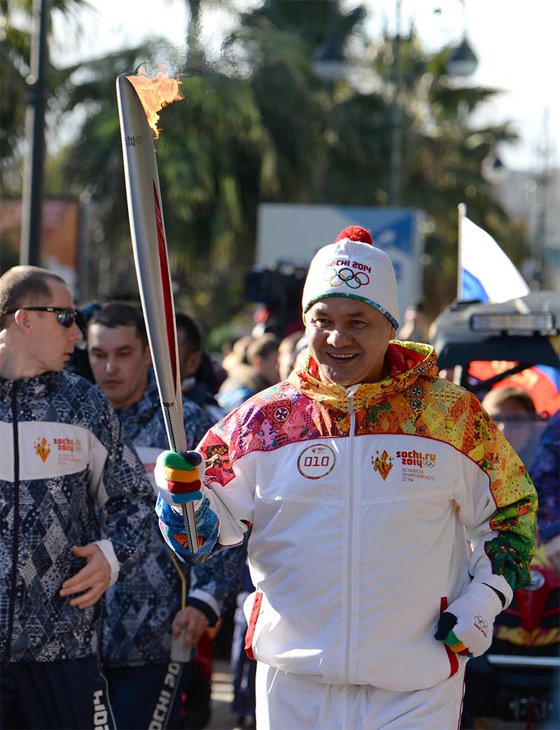 Министр обороны РФ Сергей Шойгу во время эстафеты Олимпийского огня в Сочи. 2104 год.