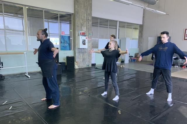 Первое занятие прошло вполне обычно, в танцевальном классе. Дальше обучение шло с помощью системы видеонаблюдения.