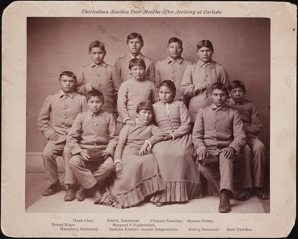 Апачи из племени чирикауа через 4 месяца после прибытия в школу Карлайла.