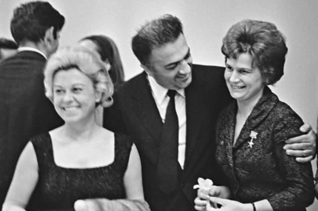 Джульетта Мазина, Федерико Феллини и Валентина Терешкова на четвёртом Международном кинофестивале в Москве, 1965 год