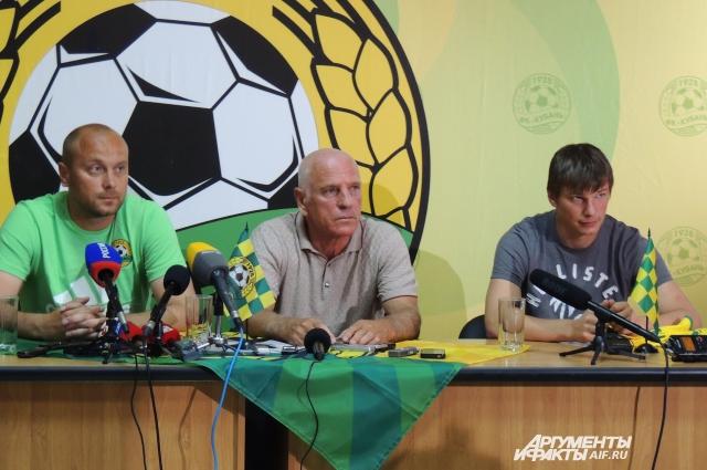 Дмитрий Хохлов (слева) уверен, что в защите Андрей Аршавин играть точно не будет