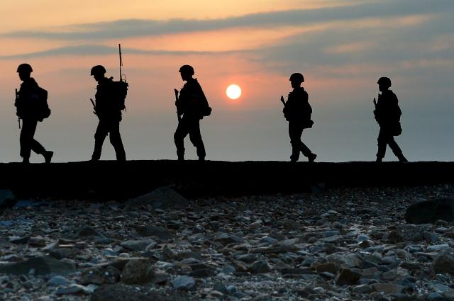 Южнокорейские морские пехотинцы патрулируют берег