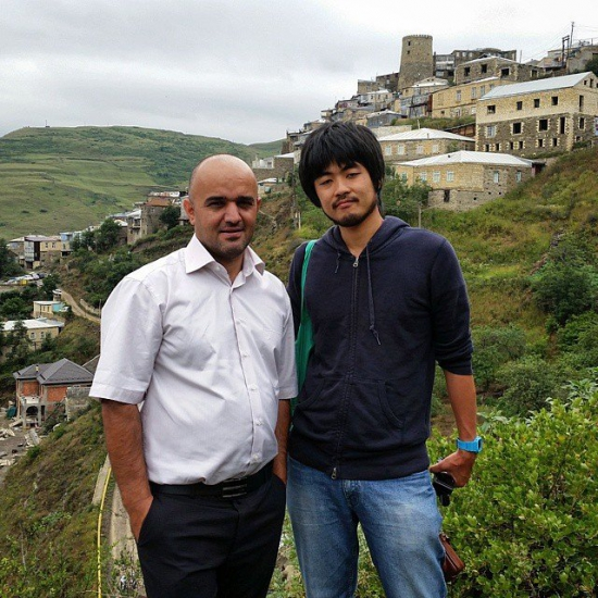 Расул Куртаев и японский турист на фоне Кубачей.
