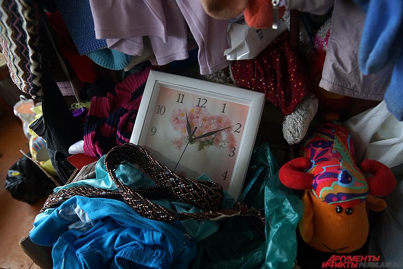 Многодетная мать показывает вещи, подаренные им соседями: диваны, холодильник, мешки с сахаром и многое другое.