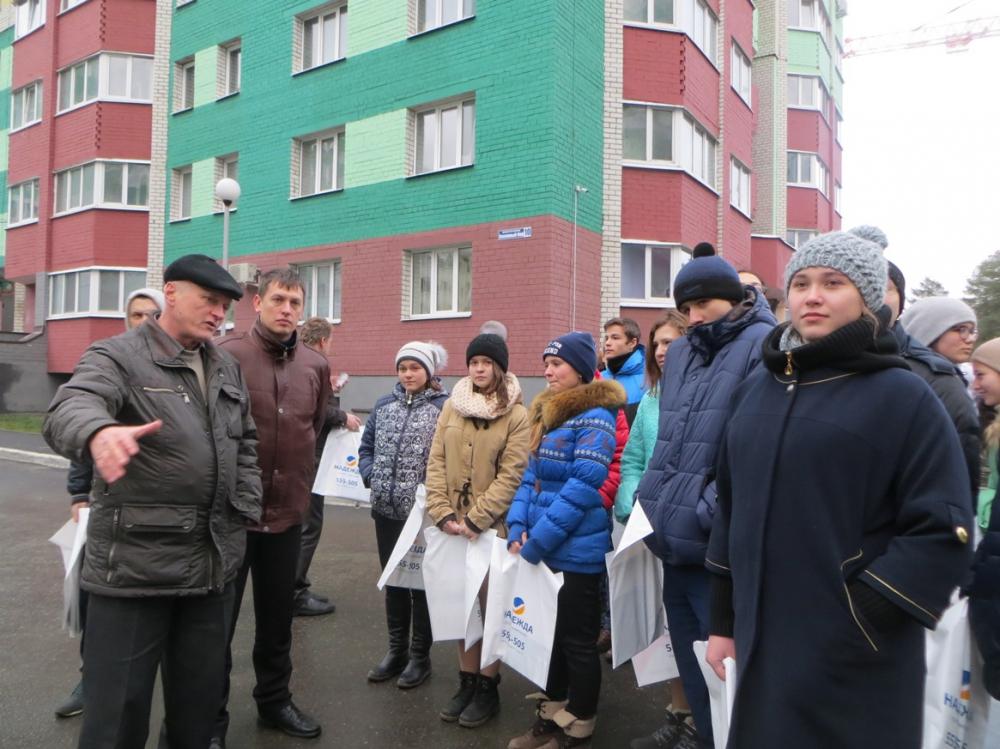 Александр Огурцов проводит экскурсию для детей.