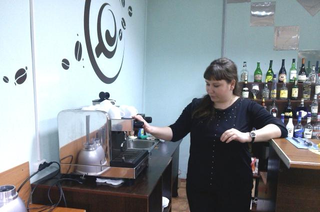 Александра Дунаева объясняет, как устроена кофе-машина.