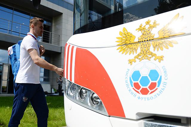 Вратарь сборной России Игорь Акинфеев перед вылетом на заключительные сборы перед Евро-2016.