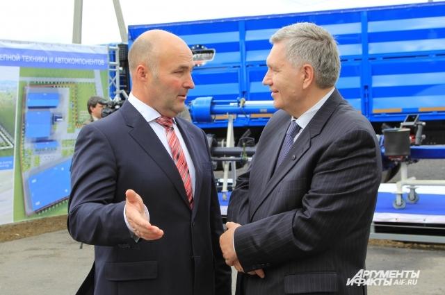 Мэр Гукова Виктор Горенко (слева) на открытии завода в рамках федеральной программы ТОСЭР.