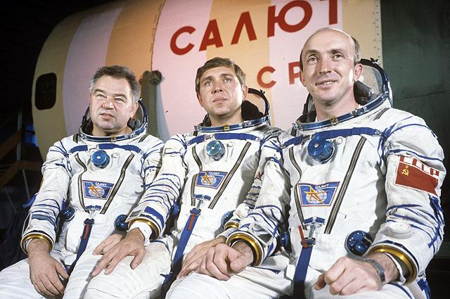 Александр Волков (в центре) в 1985 г. накануне первого полёта вместе с Георгием Гречко и Владимиром Васютиным.