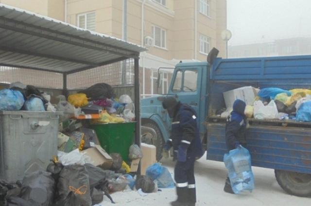 В Ханты-Мансийске на борьбу с мусором вышли специальные бригады на самосвалах.