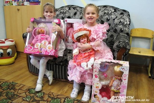Девочки получили от Деда Мороза новых подружек.