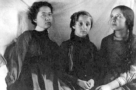 Сёстры Суок, слева направо: Лидия, Серафима, Ольга.