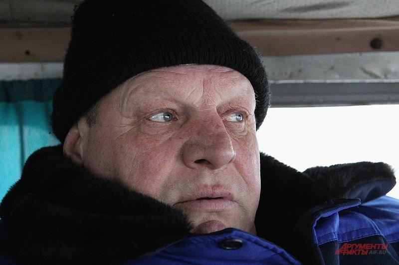 Староста деревни Геннадий Гроздов уже четыре года обивает пороги кабинетов чиновников в надежде вернуть дорогу к Фарисеево