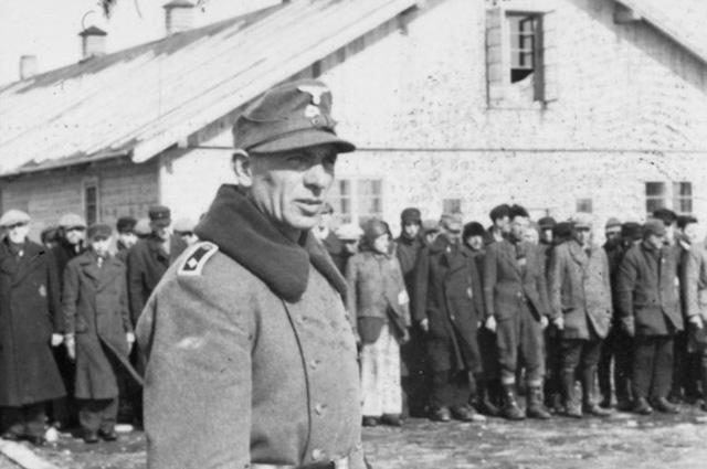 Возле лагерного барака. Декабрь 1941 г.