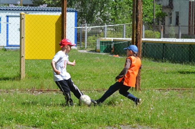Для тренера важно привить любовь детсадовцев к футболу.